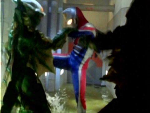 クラーコフ内でディゴンと戦うウルトラマンダイナ