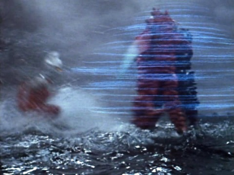 ギラススピンに吹っ飛ばされるウルトラセブン