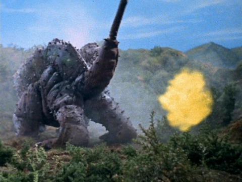 尻からイエロー光弾を発射するキングマイマイ(幼虫)