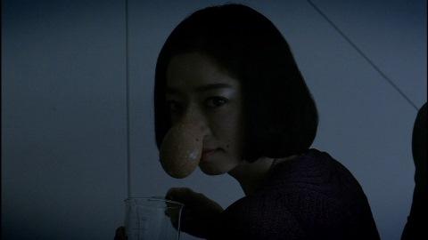 自分の鼻からセーデガンの分泌液が出るようになった優希(演: 市川実和子)