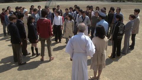 降星小学校に集まった卒業生たち
