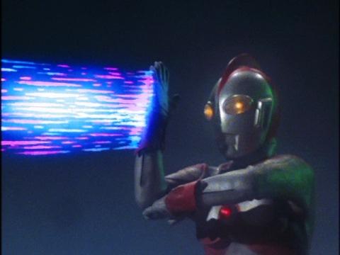 ウルトラマン80のサクシウム光線でアメーザを粉砕