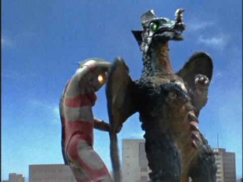 カメレキングの羽をむしり取るウルトラマンエース