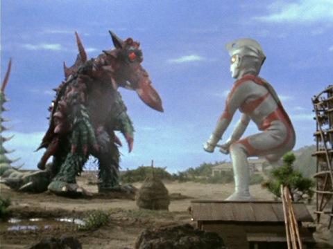 キングクラブと相撲で戦うウルトラマンエース