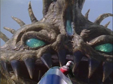 バゾブにXXバズーカで額の光球を狙うコウダ隊員
