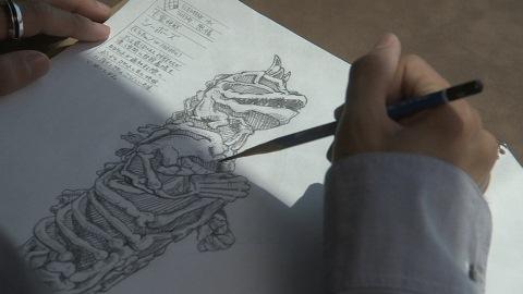 スケッチブックを描く友也