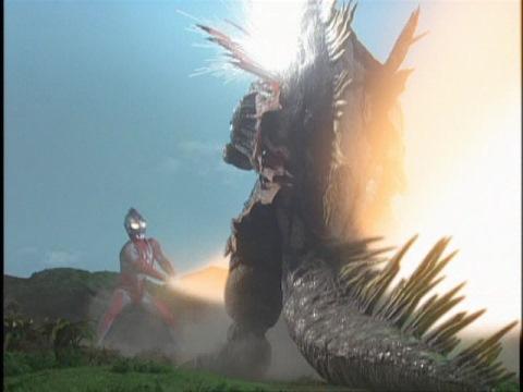 ウルトラ・ライト・ソードで袈裟懸けにラフレシオンを切り裂くウルトラマンネオス