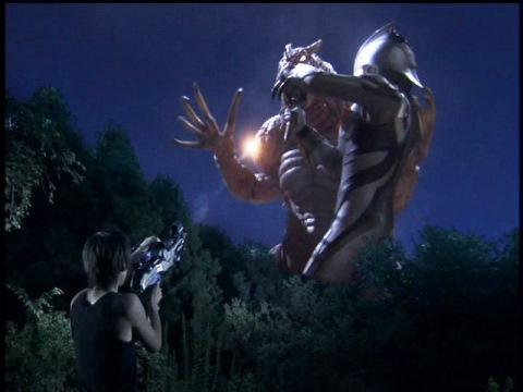 孤門隊員の放ったデバイトランチャーが、ノスフェルの再生器官を破壊する