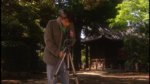 祖父のカメラを覗く矢島忠(演:高橋一生)