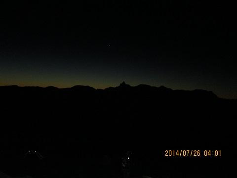 槍ヶ岳方面の夜明け前シルエット