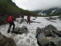 涸沢へ雪渓を行く