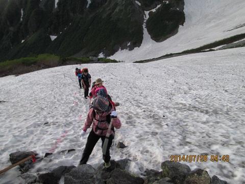 雪渓をいく