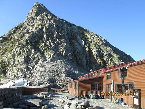 穂高岳山荘と奥穂への壁