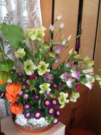お盆のお花を生けてみました。