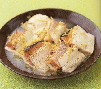 おかず(塩鮭と焼き豆腐の重ね蒸し)