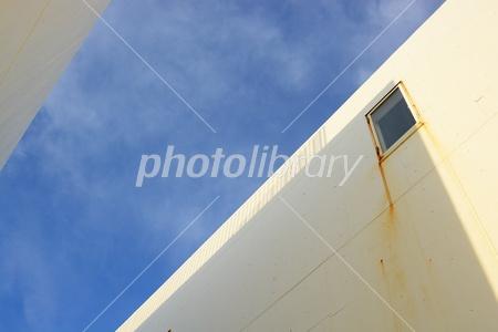 3017438 建物間から見える青空