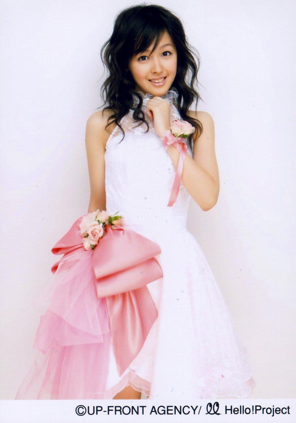 PINKの大きなリボン付き白のドレス 久住小春