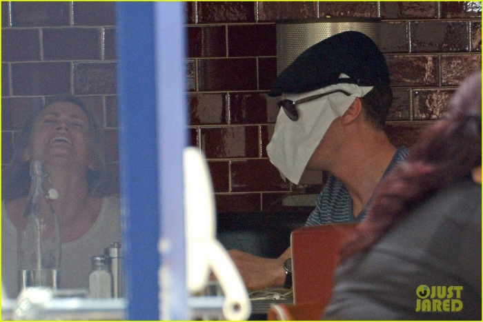 benedict-cumerbatch-lunches-with-dakota-johnson-decorates-his-face-with-napkins-01.jpg
