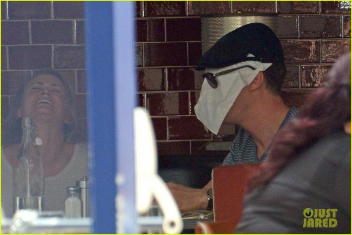 benedict-cumerbatch-lunches-with-dakota-johnson-decorates-his-face-with-napkins-01.jpg