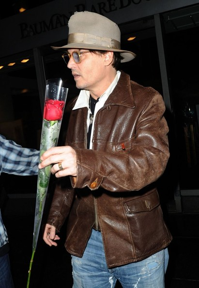 johnny-depp-meets-amber-heard-at-a-rare-book-shop-on-her-birthday_25.jpg