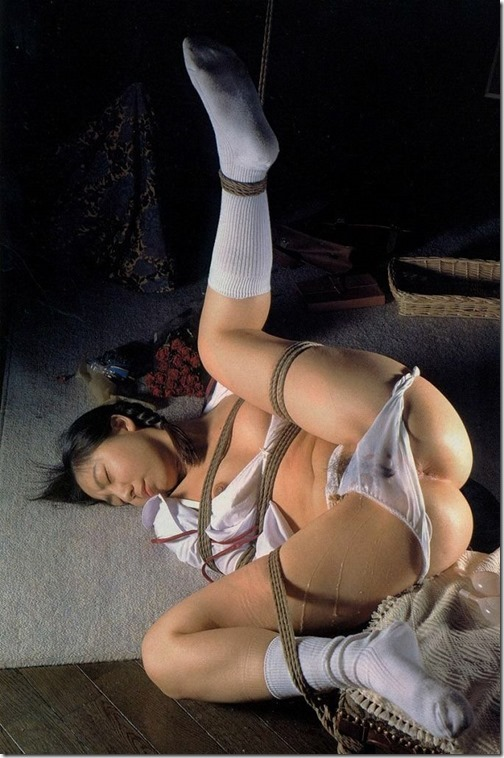 【SM;下着エロ画像】あるべき場所にない下着。ずらされたパンツのエロ画像027-s