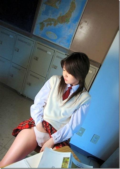 【制服パンチラエロ画像】綺麗なお姉さんがセーラー服着てパンチラ、パンモロしてくれたらエロさ〇倍!07-s