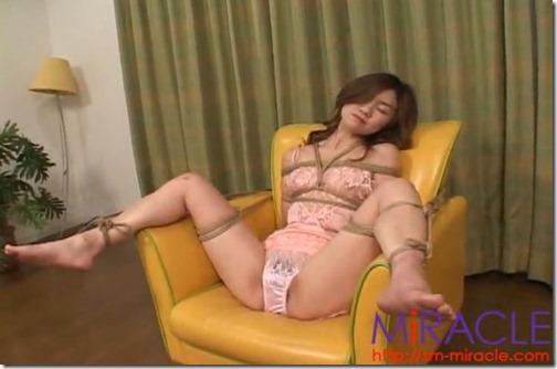 【動画】下着姿で縛られて。パンツびっしょり、放置でも感じてる人妻熟女01下着姿でソファーに拘束されてM字開脚パンツのクロッチは・・・