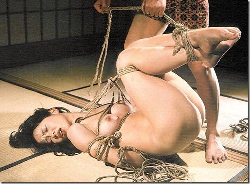 【SMエロ画像】昭和のかほりがする拘束されたオンナ達15-s