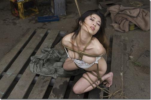【SMエロ画像】昭和のかほりがする拘束されたオンナ達23-s