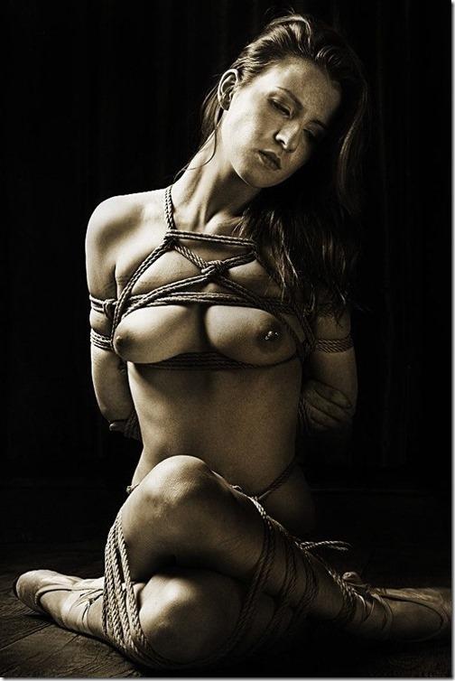 エロティシズムとポルノグラフィーの狭間で・・エロく美しい女達の縄化粧_016-s