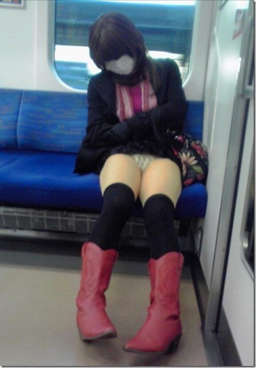 【エロ画像】かわいい女の子が電車で居眠り中のパンチラ画像
