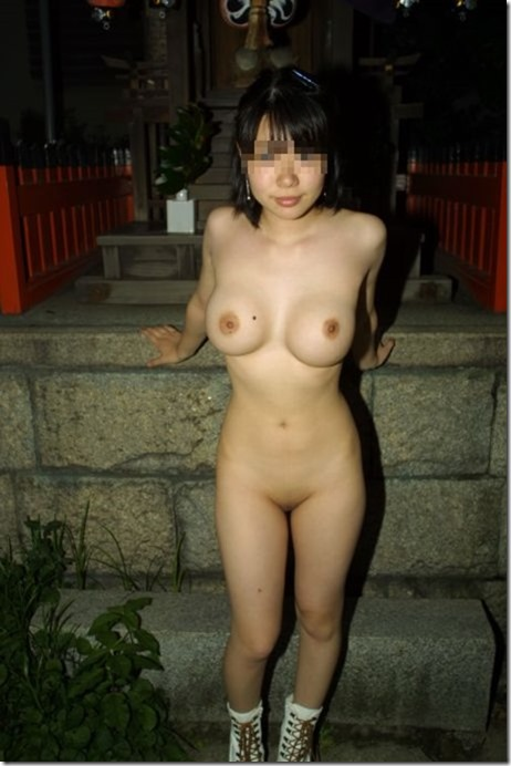 熟女が野外で裸体を披露