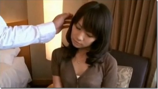 【夫婦生活妻の秘めごと動画】不倫前戯:溺れる淫乱人妻『夫は髪を撫でたり抱きしめたりなどしてくれない。まして・・』02優しく髪を撫でてくれる不倫相手