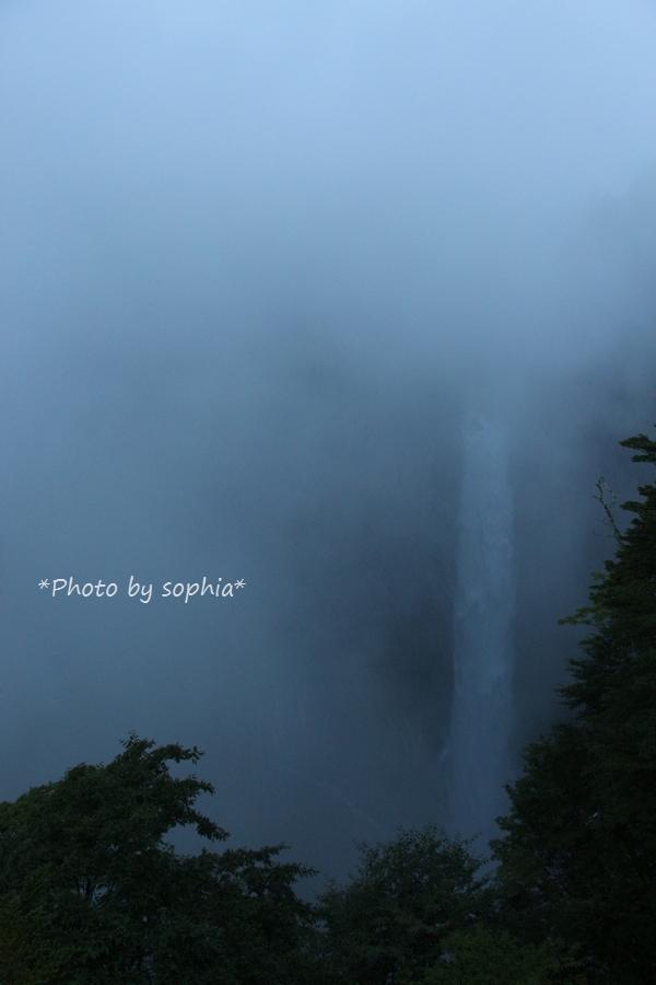 霧に煙る華厳の滝