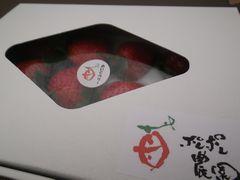 [写真]菱形の天窓がついた贈答用の箱に入ったいちご