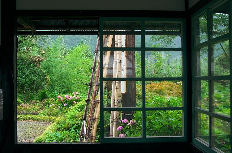 駅舎の窓から