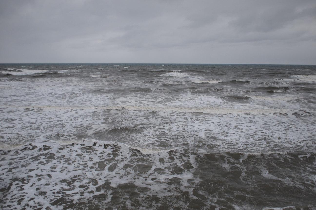 海は荒れ気味