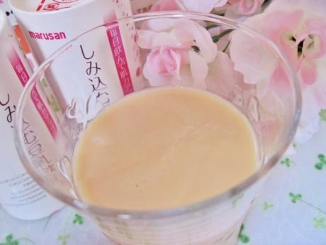 イソフラボン、コラーゲン、食物繊維、アスタキサンチンも摂れて美味しい「しみ込む豆乳飲料」!
