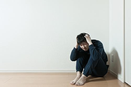 体育座りをして頭を抱える 悩む