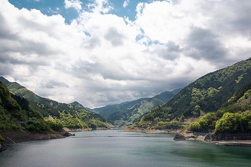 山々 ダム 空 自然