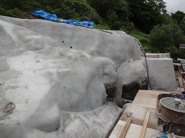 某お寺裏山法面補修~補強セメント塗り中